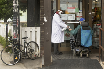 Montréal va rendre le masque obligatoire dans les lieux publics fermés)