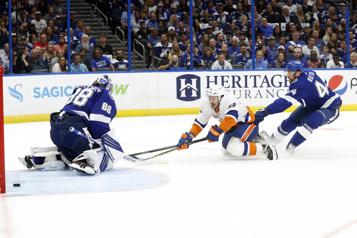 Les Islanders remportent le premier match de la série contre le Lightning)