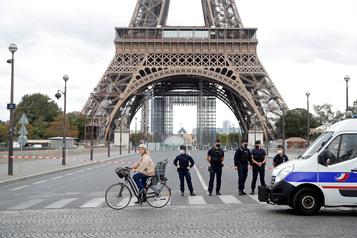 La tour Eiffel évacuée pendant deux heures après une alerte à la bombe)