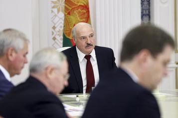 Biélorussie Loukachenko rencontre les nouveaux responsables des forces de l'ordre)