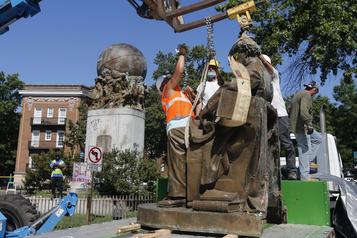 Une deuxième statue confédérée démontée à Richmond)