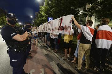 Biélorussie: les chaînes humaines se multiplient, 1000manifestants libérés)