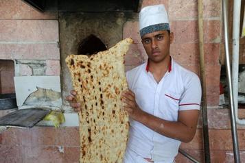 Le pain sort des fours des boulangers de Téhéran)