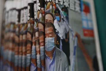Après l'arrestation de Jimmy Lai, les Hongkongais se ruent sur son tabloïd)
