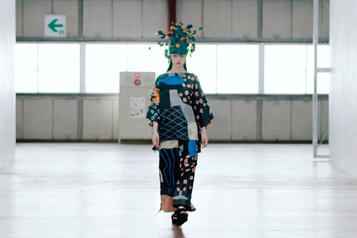 Fashion Week de Paris Issey Miyake présente des vêtements compacts et ludiques)