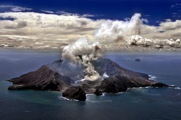 Nouvelle-Zélande: éruption d'un volcan avec une centaine de touristes à proximité