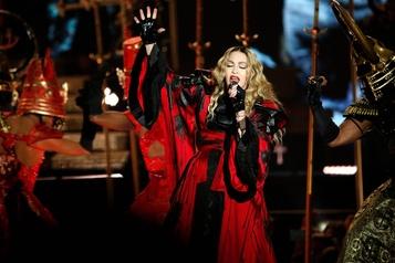 Madonna testée positive à la COVID à Paris)