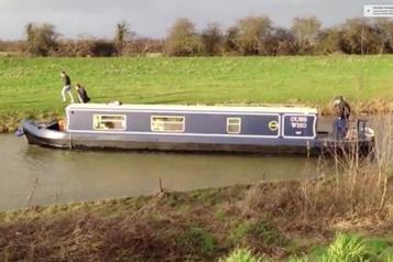 Un petit bateau coincé dans un petit canal: comme l'Ever Given dans le canal de Suez)