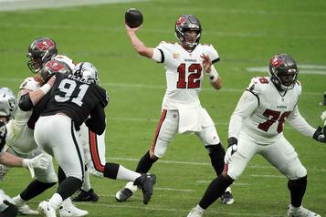 Brady et les Buccaneers battent les Raiders45-20)