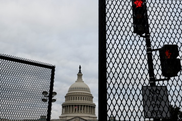 Des barrières de sécurité de nouveau installées autour du Capitole)