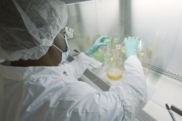 Des chercheurs américains travaillent sur un vaporisateur nasal contre la COVID-19)