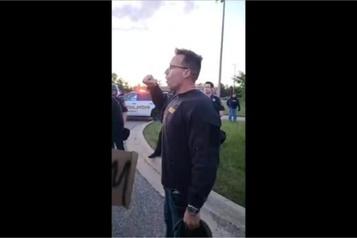 Au Michigan, un shérif marche aux cotés des manifestants)