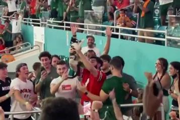 Football universitaire  Un chat sauvé par un drapeau américain à Miami)