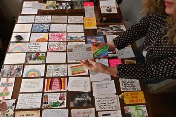 Les Londoniens révèlent leurs secrets de confinement par cartes postales)