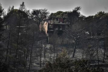 Incendies en Grèce Les pompiers espèrent maîtriser un feu important près d'Athènes)