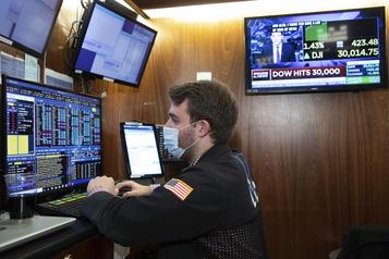 Le Dow Jones finit pour la première fois au-dessus des 30000points)