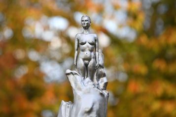 Londres Une sculpture représentant une féministe nue fait polémique)