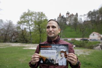 Des Roumains se font vacciner au «château de Dracula»)