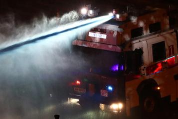 Hong Kong: la police menace d'utiliser des balles réelles face aux manifestants armés