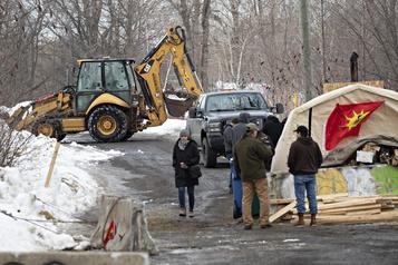 Kahnawake: les manifestants fortifient leur barricade