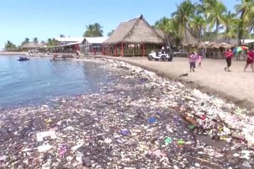 Des plages envahies par les déchets au Honduras)