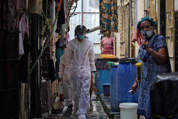 La moitié des habitants des bidonvilles de Bombay auraient eu le coronavirus )