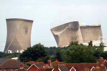 Une centrale au charbon démolie en 10secondes