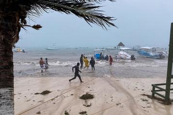 La tempête Delta devient un ouragan et menace le Mexique avant les États-Unis)