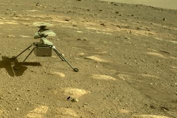 L'hélicoptère Ingenuity fait tourner ses hélices avant un vol sur Mars)