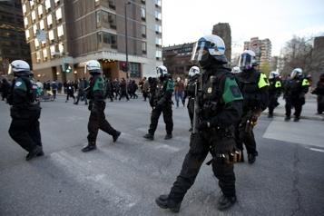 Couvre-feu Des manifestants réunis au parc Jeanne-Mance)