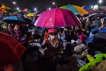Des milliers de manifestants à Bangkok pour une démonstration de force contre le gouvernement)