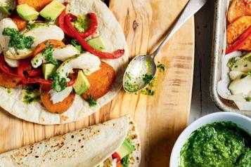 Tacos depoisson sur une plaque et salsa à la coriandre