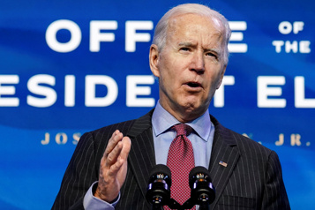 Ignorant le chaos Trump, Joe Biden tente de se poser en président d'action)