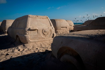 Art Basel: des voitures en sable remplacent les dunes