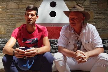 Après sa défaite à Roland-Garros Djokovic se ressource dans un ??parc des pyramides?? ésotérique en Bosnie)