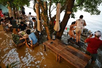 Bangkok Un restaurant surfe sur les inondations