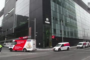 Défilé de véhicules Postes Canada devant le CHUM