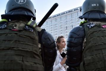 Biélorussie: la police dit avoir tiré sur les protestataires, un blessé)