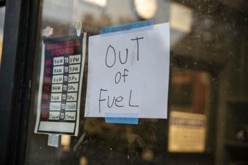 Des stations-service à court de carburant après le piratage d'oléoducs)