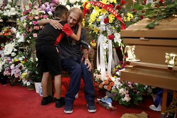 El Paso: des centaines de personnes accompagnent un veuf esseulé