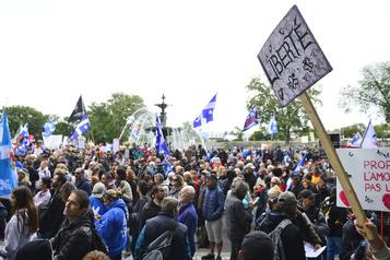 Québec 34 constats d'infraction donnés lors d'une manifestation anti-masque)