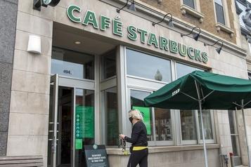 Heures supplémentaires: un ex-employé veut poursuivre Starbucks Canada)