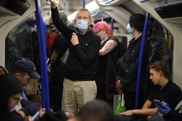 L'OMS recommande le masque si la distance physique est impossible)