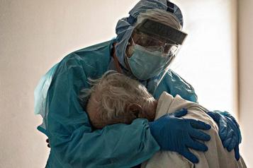 La photo d'un médecin enlaçant un patient âgé devient virale)