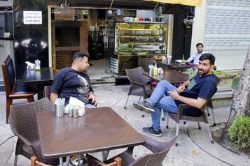 Les restaurants rouvrent au public en Iran, où les morts dépassent 7500)