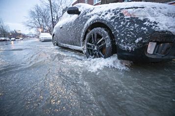 Une conduite d'eau éclate à Montréal)