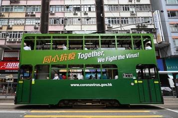 Hong Kong ferme à nouveau ses écoles après un regain épidémique)