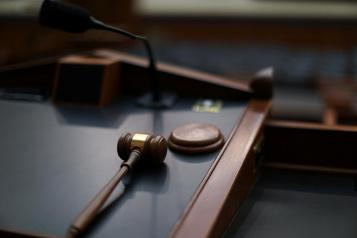 Une juge risque la destitution pour ses retards chroniques)