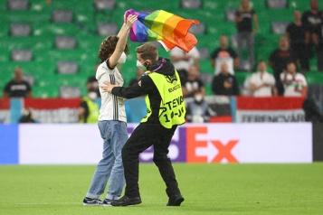 Allemagne-Hongrie Un activiste sur le terrain avec un drapeau de la Fierté pendant l'hymne hongrois)
