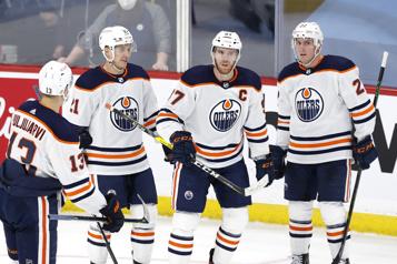 Tour du chapeau de McDavid, les Oilers passent devant les Jets)